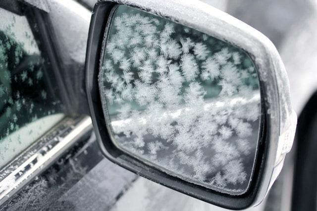 霜が付いたドアミラー