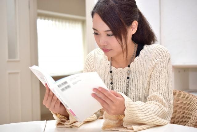 テキストを読む女子高生