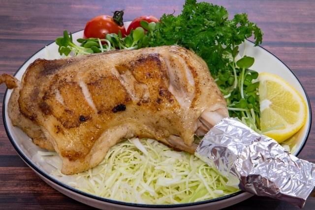 お皿に盛りつけられたサラダと照り焼きチキン