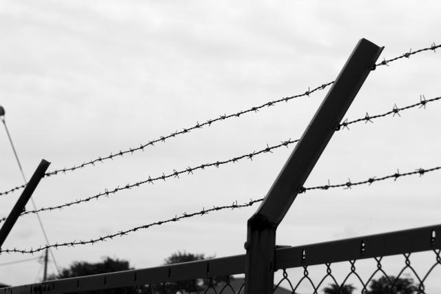 モノクロの刑務所の有刺鉄線