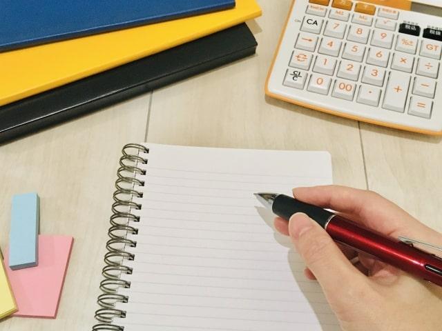 勉強してノートに書いている手