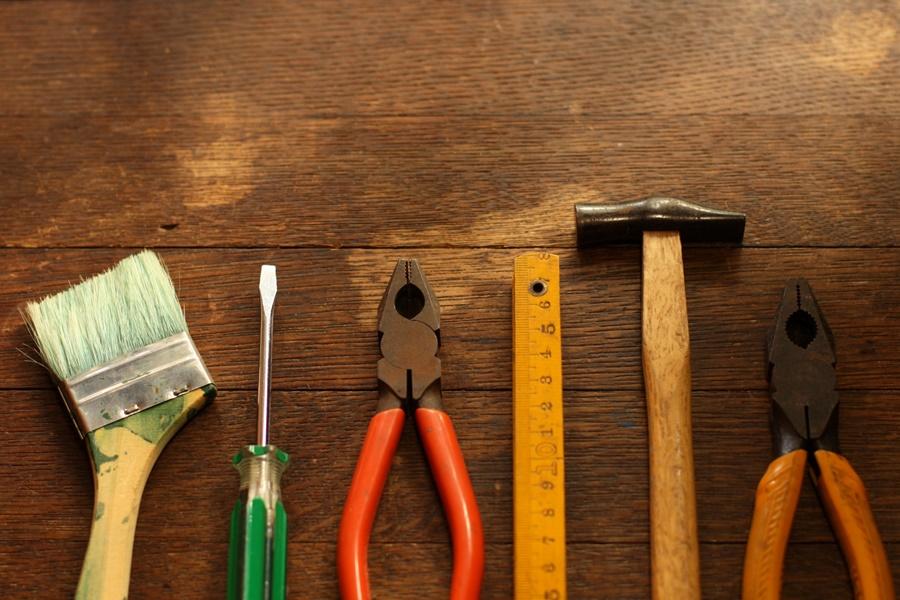 机の上に並べられた工具