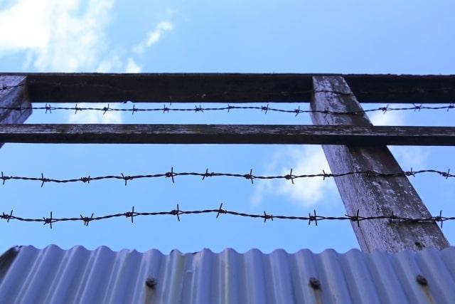 刑務所の有刺鉄線の柵