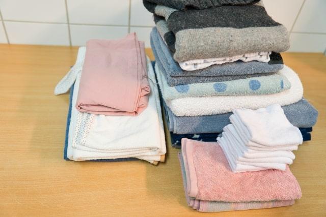 木の机の上に置いてある重ねられた洗濯物