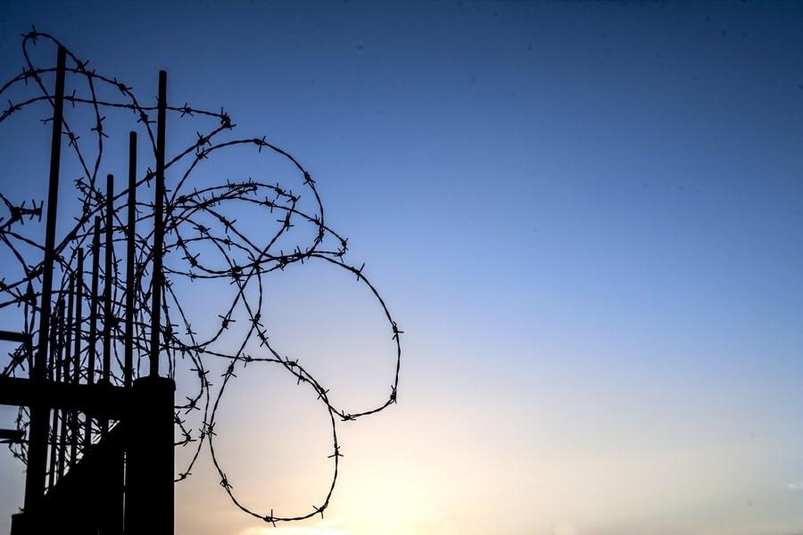 有刺鉄線の柵