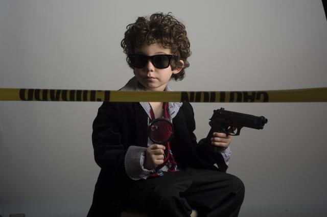 刑事の真似をする子供